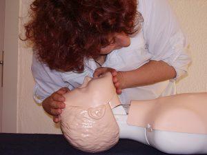 Szkolenie z pierwszej pomocy - praca na fantomie